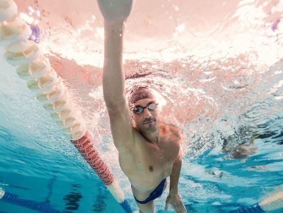 Man-swimmig-laps-via-shutterstock-800x430
